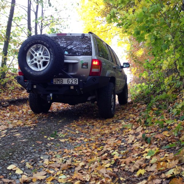 Jeep WJ with autumn leafs